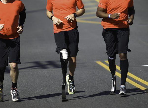 Rennende mannen met prothetische benen