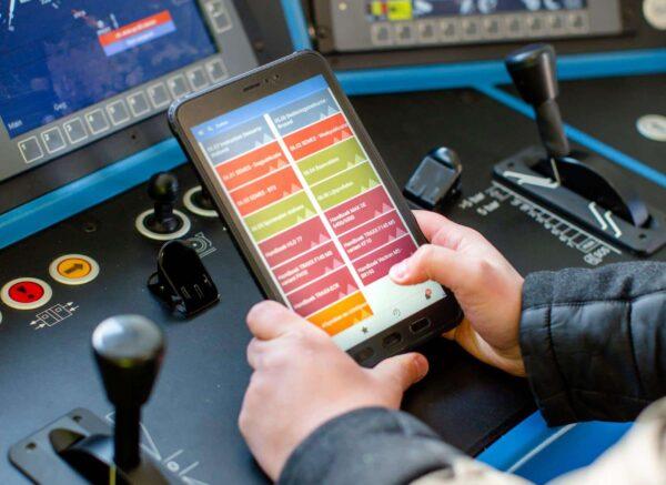 Een medewerker van DB cargo gebruikt de Zenya Search app