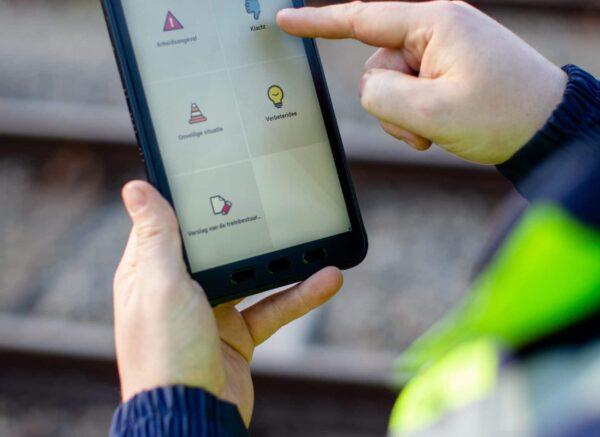 Een medewerker van DB cargo gebruikt de Zenya Capture app