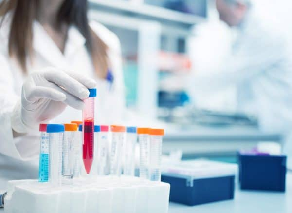 Biochemisch rood monster in een laboratorium