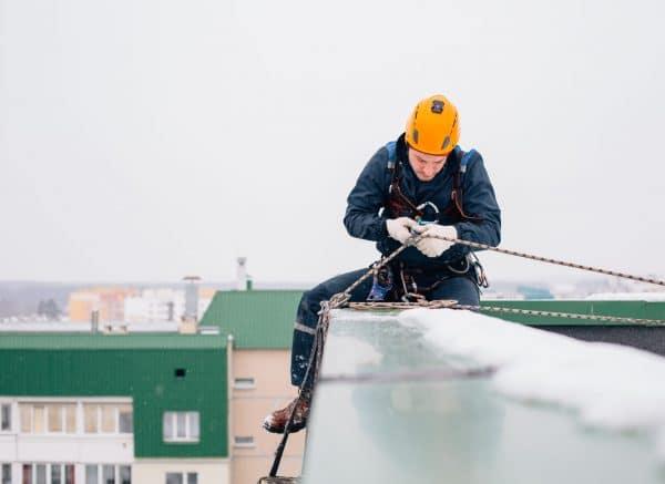 Constructiemedewerker-werkt-veilig-op-grote-hoogte-1