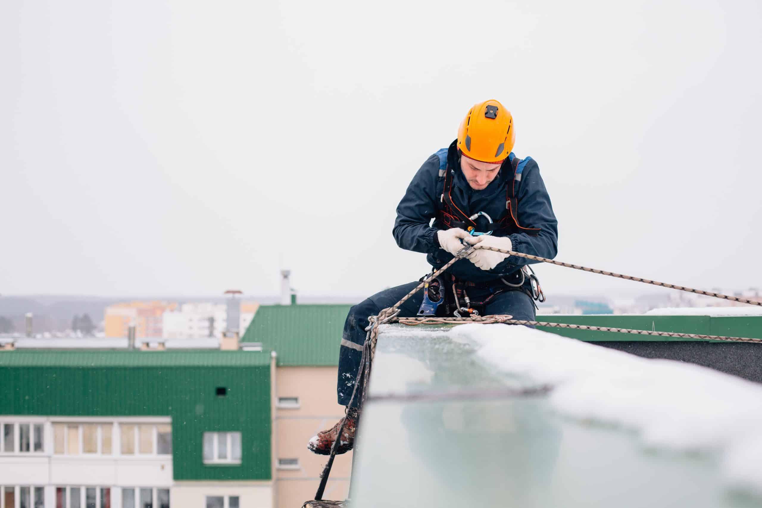 Constructiemedewerker werkt veilig op grote hoogte