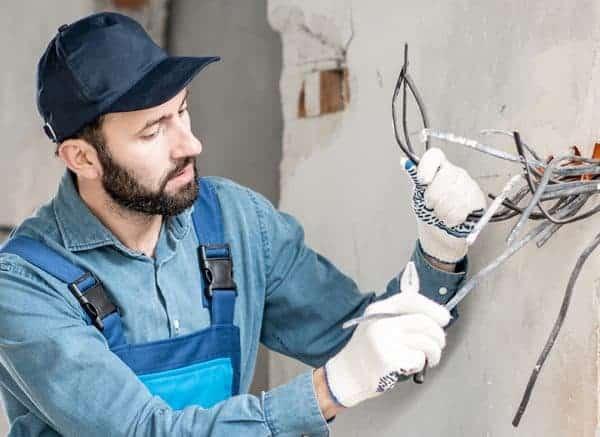 Electriciën werkt veilig aan een project dankzij het met Zenya software behaalde certificaat voor veiligheid op de werkvloer.