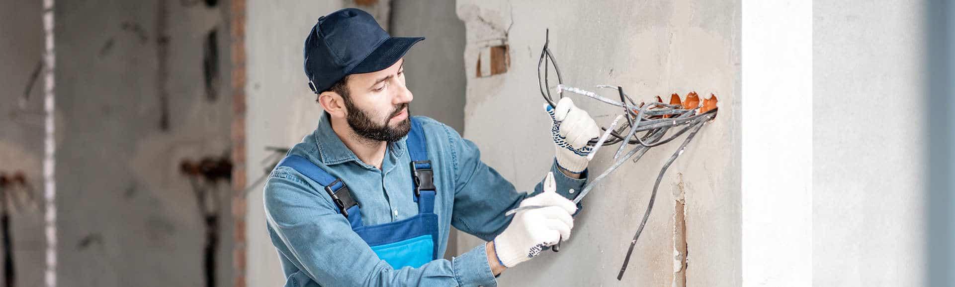 Elektricien werkt veilig aan een project dankzij het met Zenya behaalde certificaat.